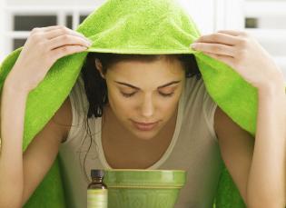 Для чего и как правильно распаривают кожу лица перед чисткой?