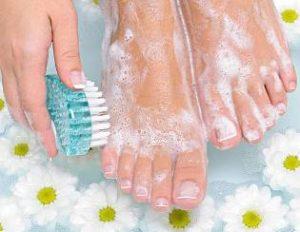Какие средства помогут избавиться от потливости и запаха ног?