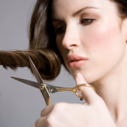 Как подстричь кончики (выровнять волосы)?