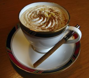 Приготовление кофе с пенкой и корицей