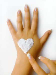 Почему возникает сухость рук