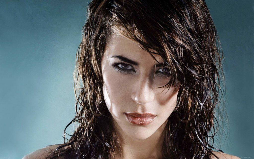 прически мокрый эффект на средние волосы